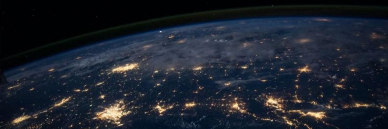 Ein Bild, auf dem die Erde von oben zu sehen ist.