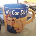 """Tasse mit Frau und Schriftzug """"We can do it""""."""