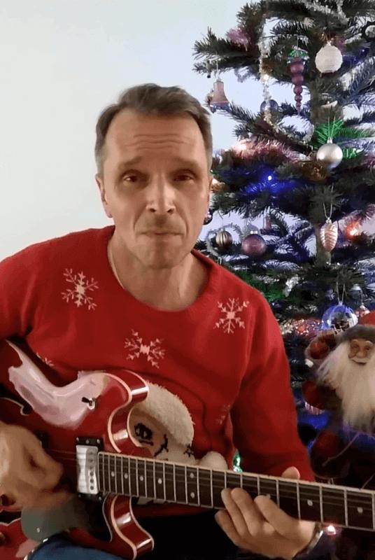 YAVEON Mitarbeiter beim Gitarre spielen