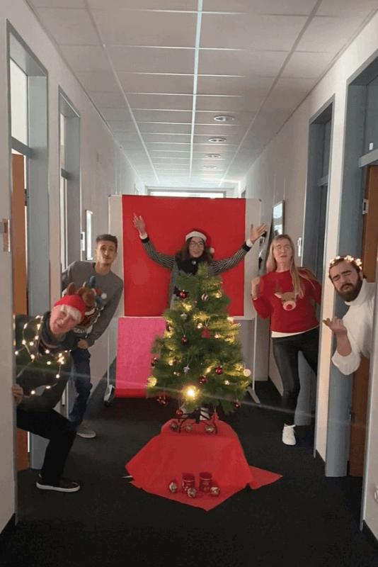 YAVEON Mitarbeiter mit Weihnachtsbaum