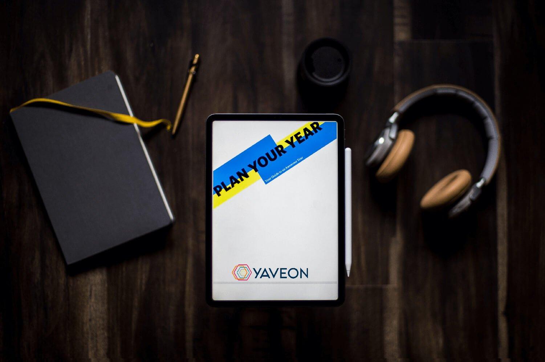 Tablet mit Stift zum Schreiben der Ziele für 2021