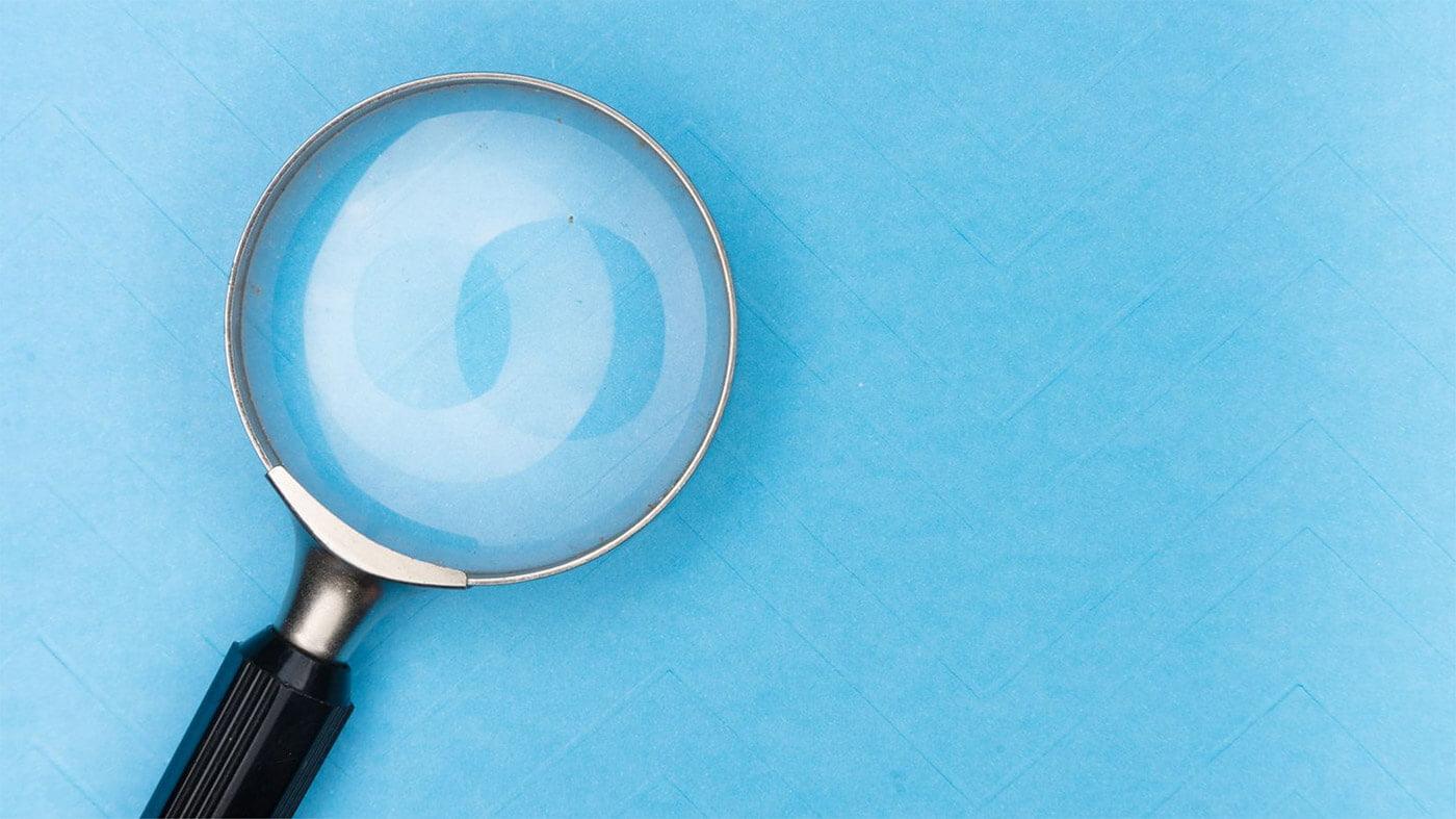 Eine Lupe vor blauem Hintergrund
