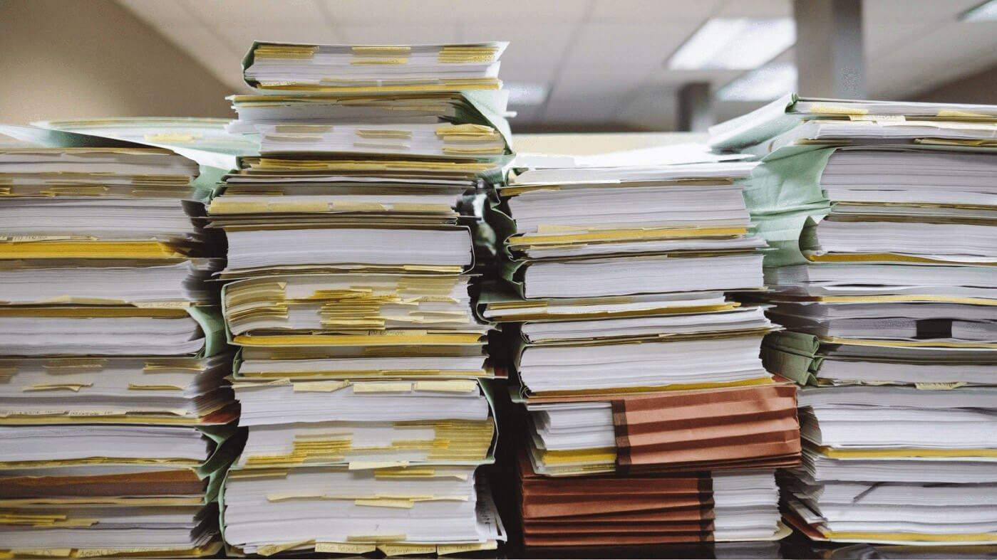 Unkoordinierte Papier- und Aktenstapel