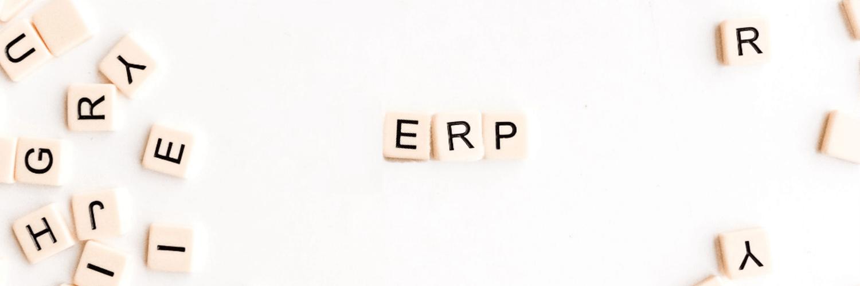 Wort ERP mit Scrabble Buchstaben gelegt